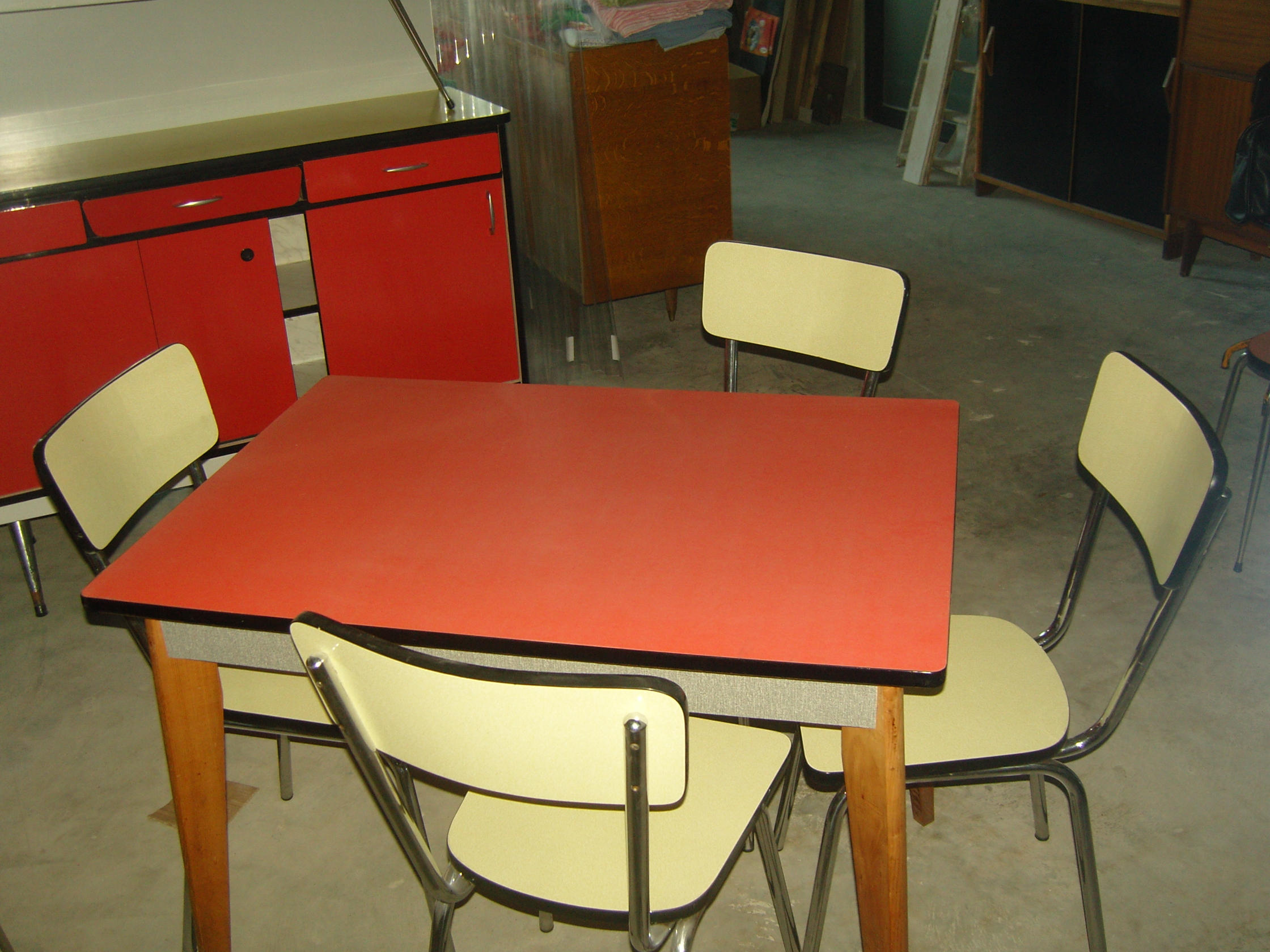table en formica rouge. Black Bedroom Furniture Sets. Home Design Ideas